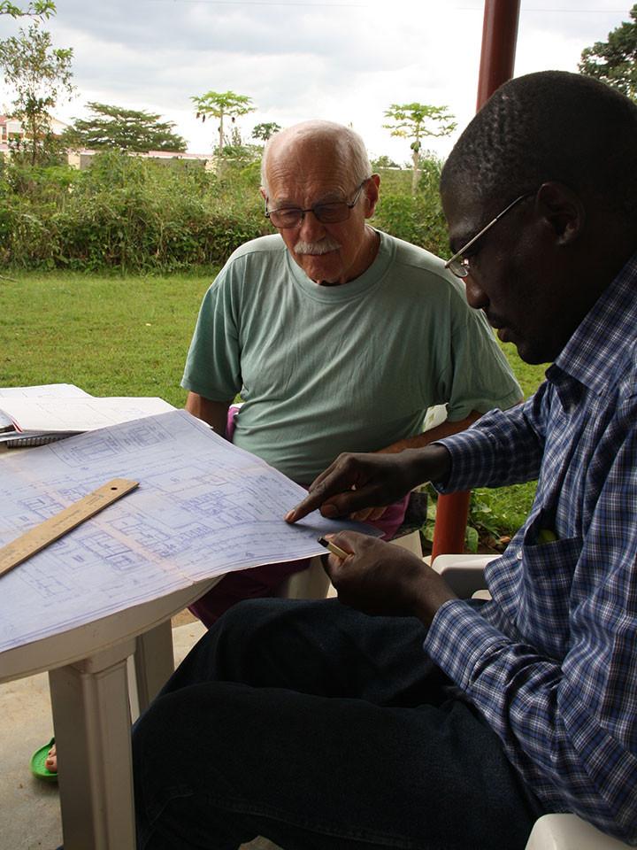 Gerhard und Stephen bei der Durchsicht der Baupläne.