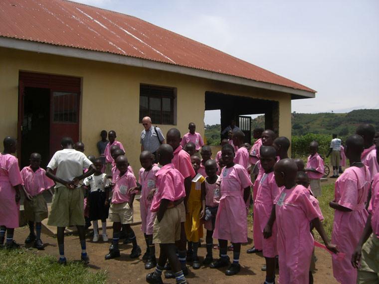 Zu Besuch bei der Gehörlosenschule Ndegeya Bugabira/Masaka, die etwa 15 km von unserem Dorf Bwanda entfernt ist. In Kooperation mit dieser Schule wollen wir dort eine Berufsschule für etwa 100-120 gehörlose Schulabgänger bauen, wofür wir jedoch weiterhin