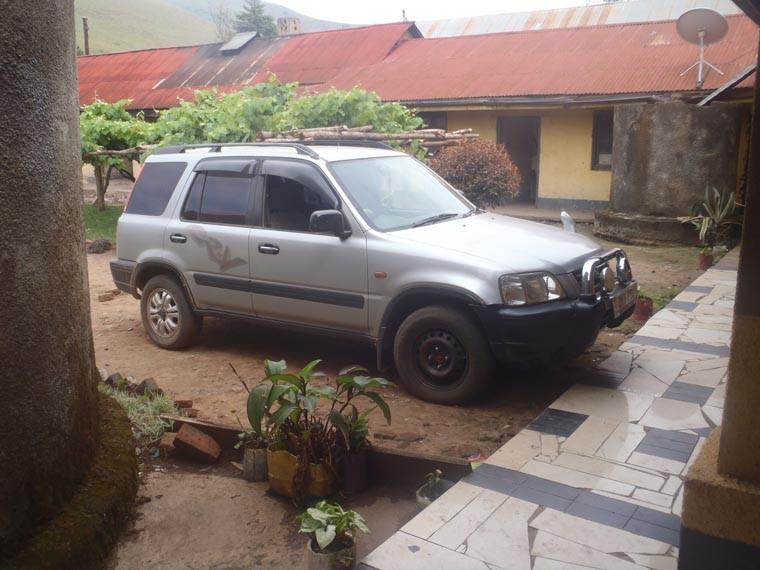 Ein Besuch in Ntungamo, der zweiten von uns geförderter Schule. Hier sieht man den von uns gesponserten Jeep.