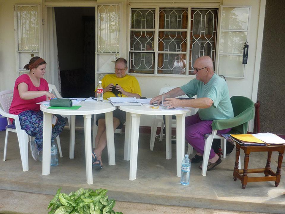 Unsere drei Projektmitarbeiter beim Arbeiten: von links nach rechts: Sofie Ohm, Manfred Becker und Gerhard Ehrenreich.