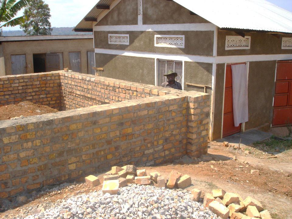 ...der letzten zwei Klassenzimmer auf der Ostseite des Schulgeländes gelegt.