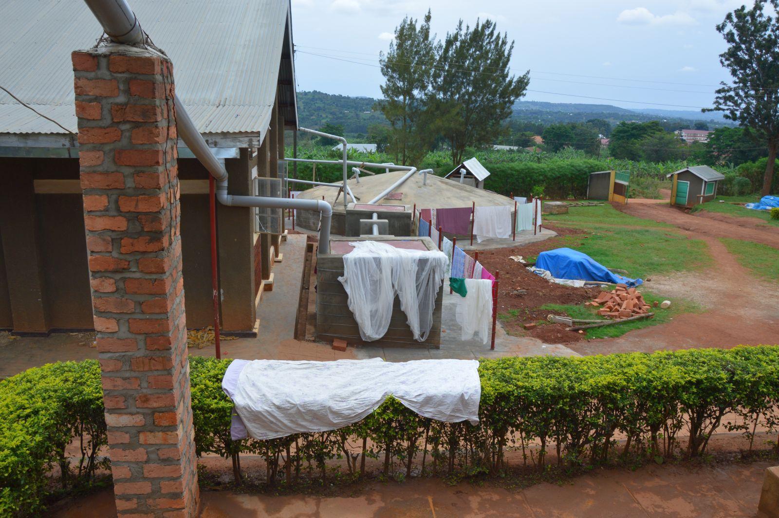 Und auch der Zaun des neuen Wassertanks wird direkt als Wäscheleine sinnvoll mitgenutzt