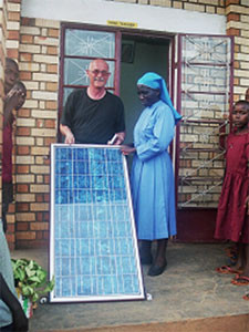 Gerhard Ehrenreich übergibt Solaranlage