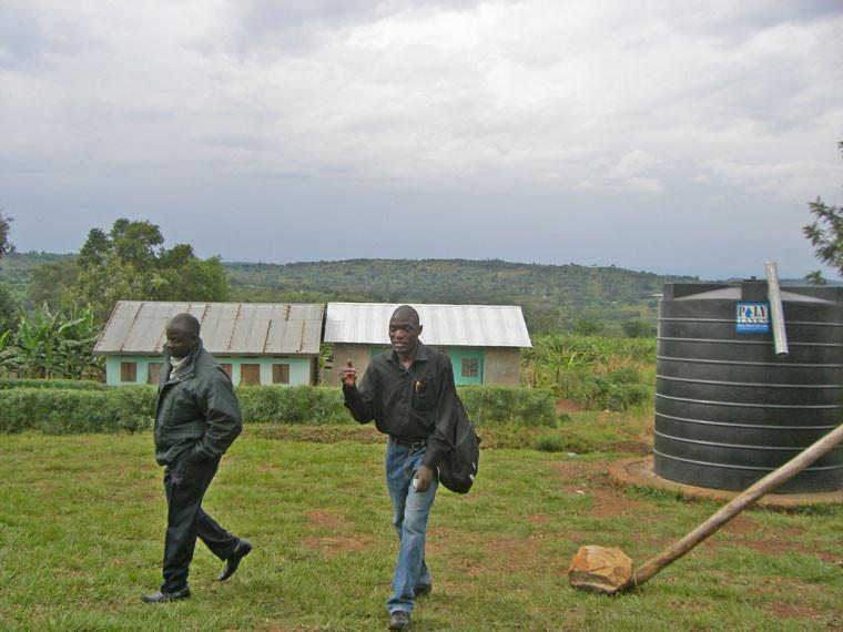 Unsere kompetente und zuverlässige Mitarbeiter vor Ort: links Fahrer Mike, rechts unser ugandische Projektleiter Stephen Kasumba.