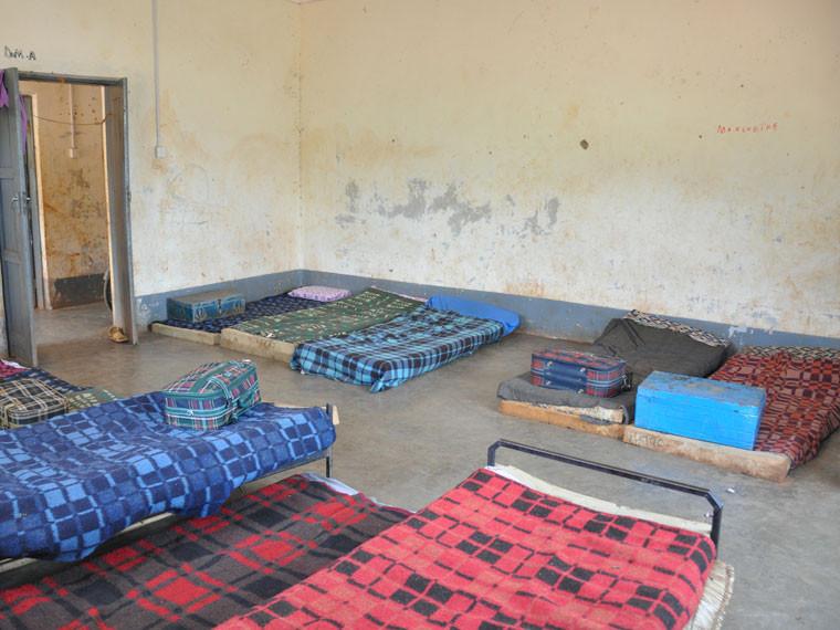 Die Mädchen schlafen immer noch unter eher menschenunwürdigen Zuständen auf verdreckten Matratzen im Jungenschlafsaal, ...