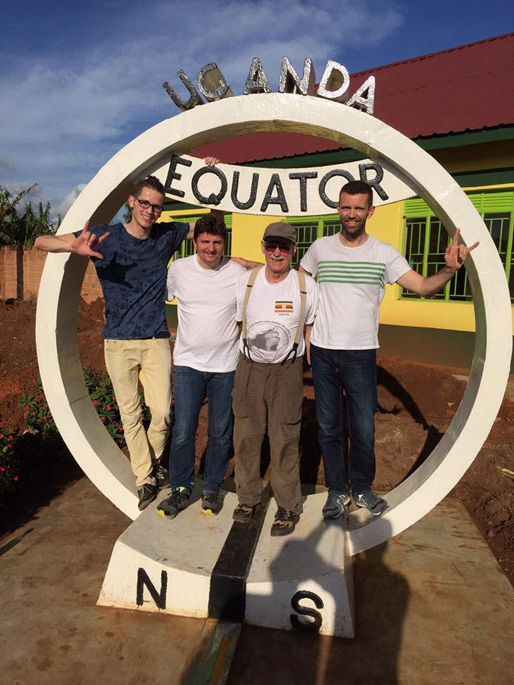 März, 2015. Projektleiter Gerhard Ehrenreich (2. v. r.) und Mitarbeiter Burkhard Lohmann (2. v. l.) mit Dolmetscher Winfried Locher (rechts) und Begleiter Andreas Neumeyer (links) in Uganda.