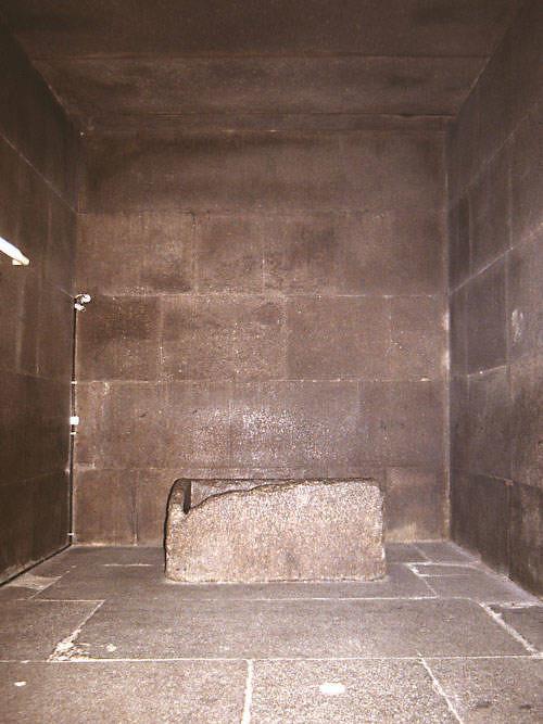 des pilleurs de tombes mais quelque chose rend impossible cette hypothsela dcouverte de lentre de la grande pyramide qui remonte au ix sicle