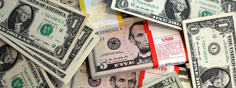 USD - und das in kleinen scheinen, damit kommt man (fast) überall durch