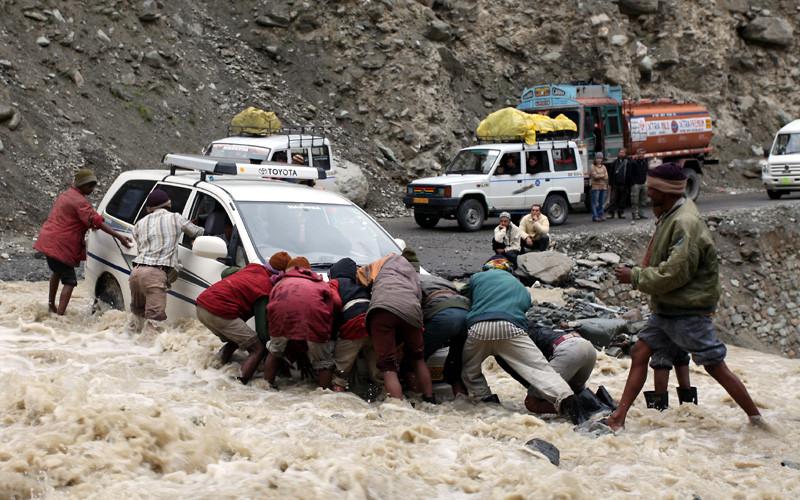 unser auto in einer indischen waschstraße