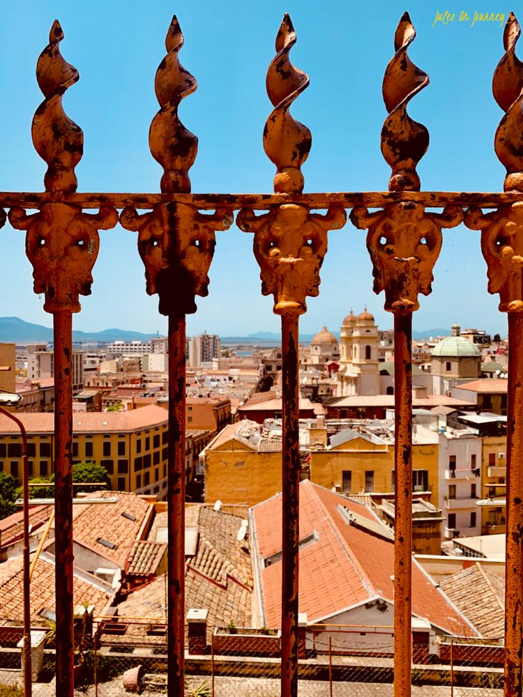 Noch schnell ein Schnappschuss und dann endlich wieder Bergab. An der Universität von Cagliari gelangt man über ein paar Treppen, direkt zum Piazza Yenne.