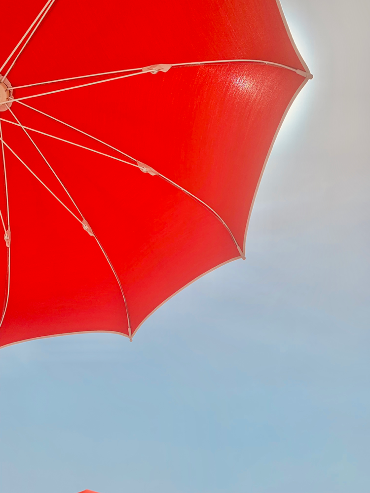 Am Petto Beach bekommt jeder - gegen eine Gebühr - seinen eigenen Sonnenschirm. Diese gibt es hier wie Sand am Meer.