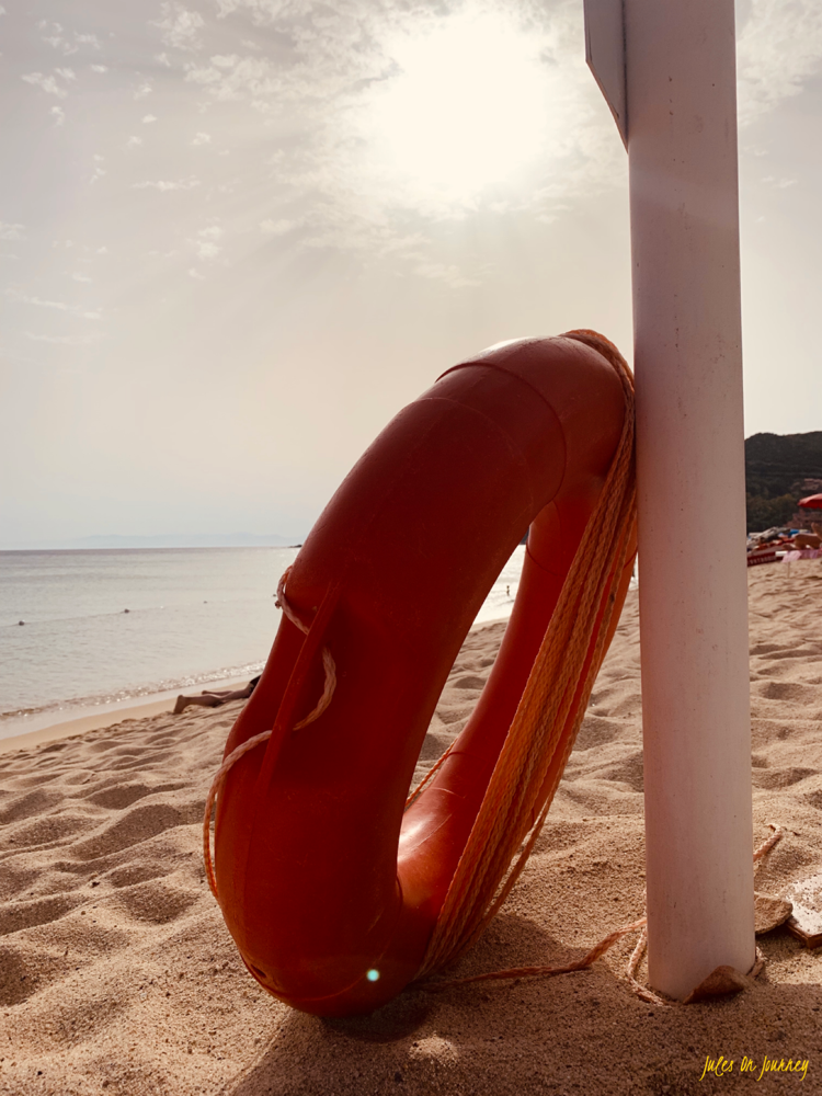 Am Strand von Solanas gibt es Baywatch Feeling.