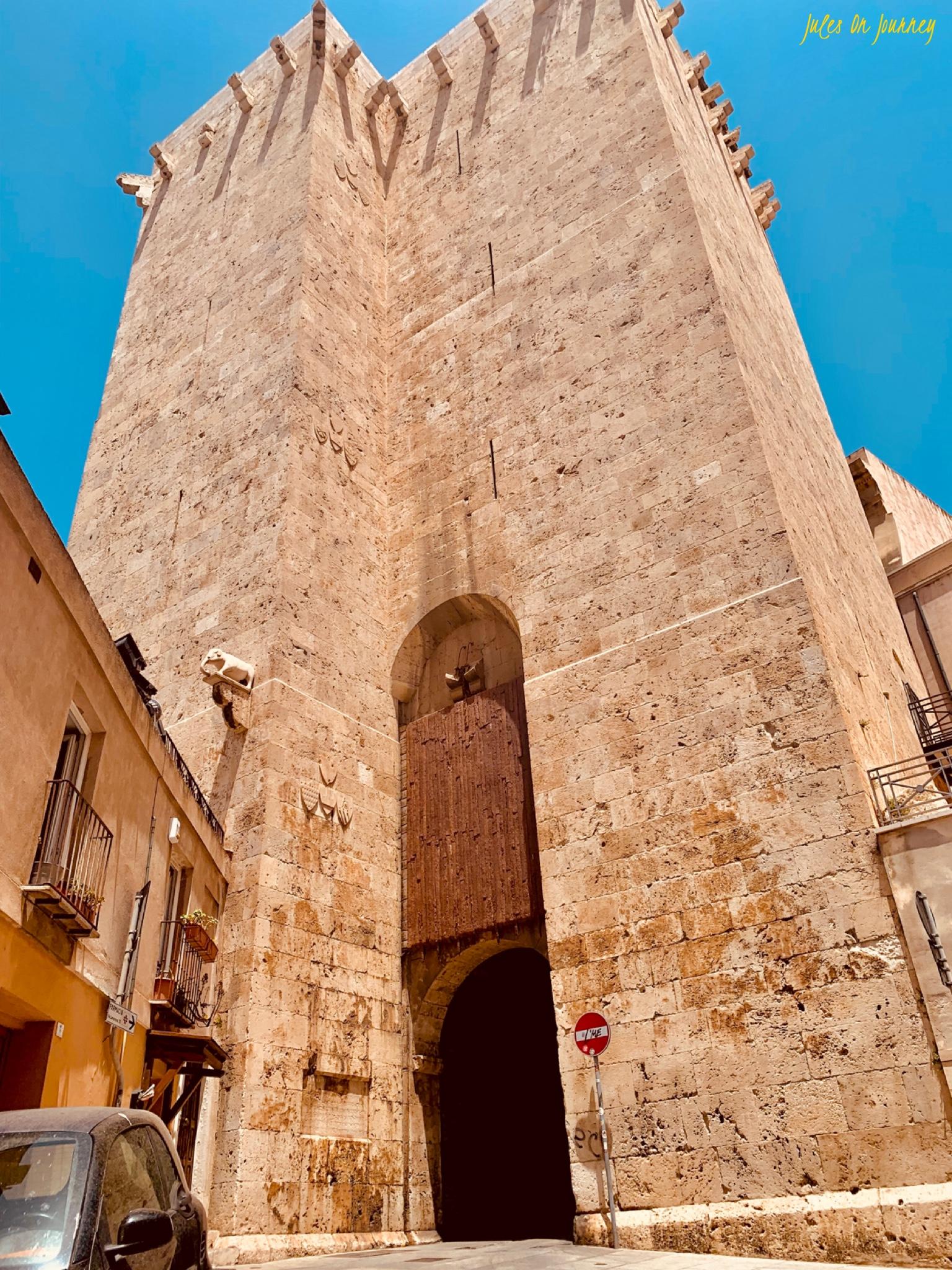 Der Torre dell'Elefante im Castello Viertel der Stadt