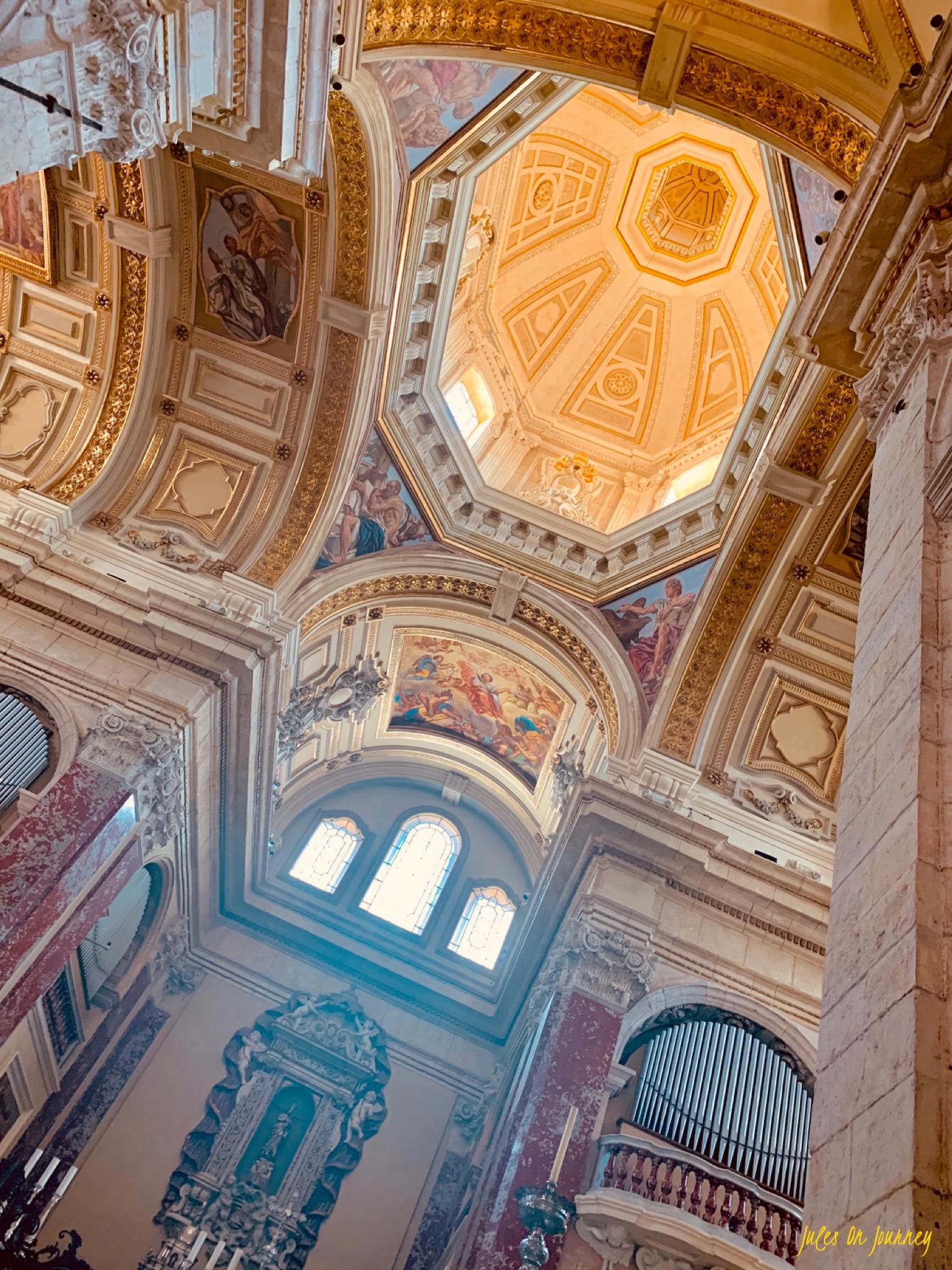 Wunderschöne Wandmalereien in der Kathedrale. Dieses Licht erweckt die Kunst zum Leben.