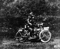 Motorradfahrer mit Gasmaske