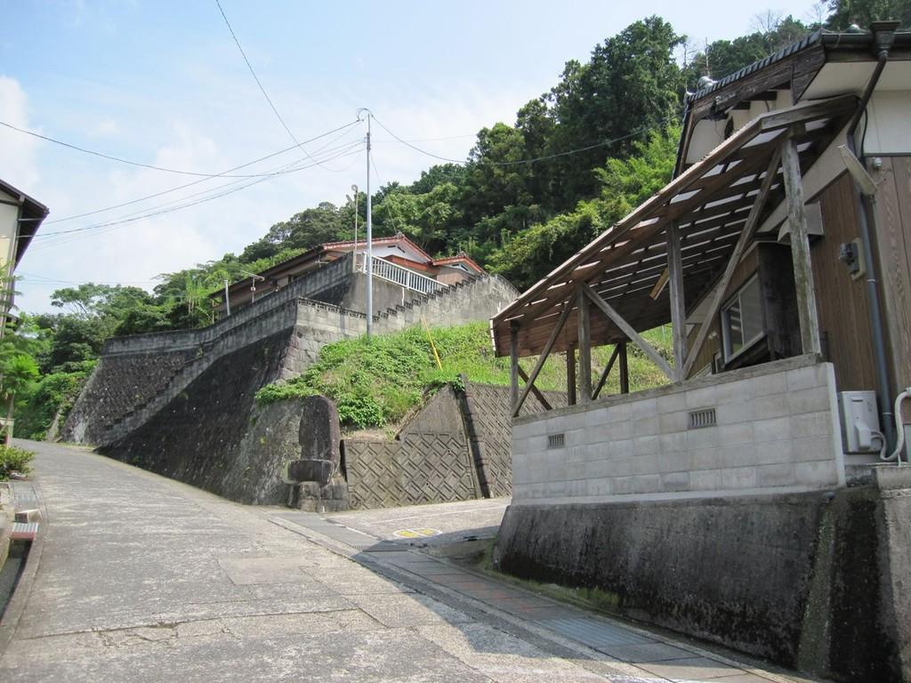 地区集会場先の石の記念碑を目印に右へ