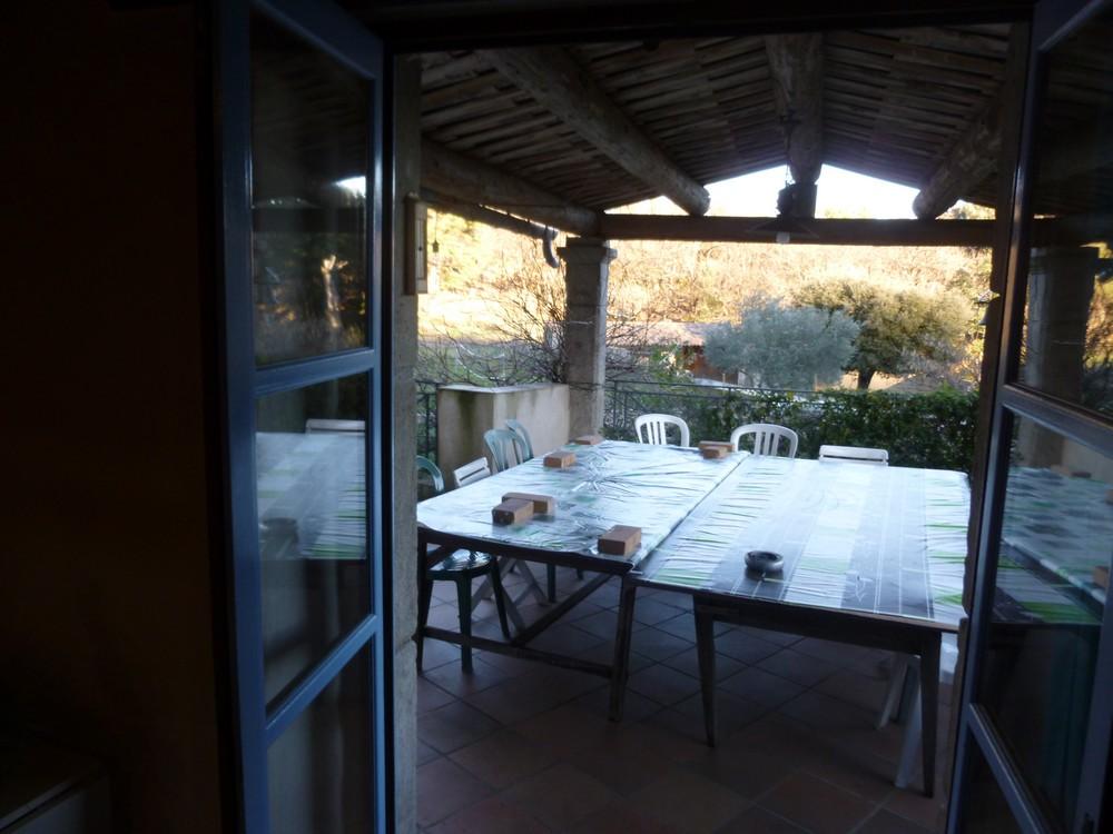 Deux grandes tables sous la terrasse couverte