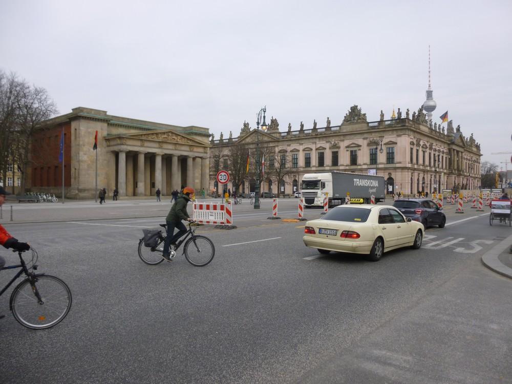 Unter den linden : les vélos, les voitures  ..et les travaux