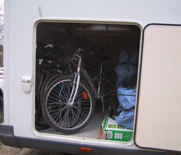 La grande soute (avec 4 vélos, les sièges et les tables)