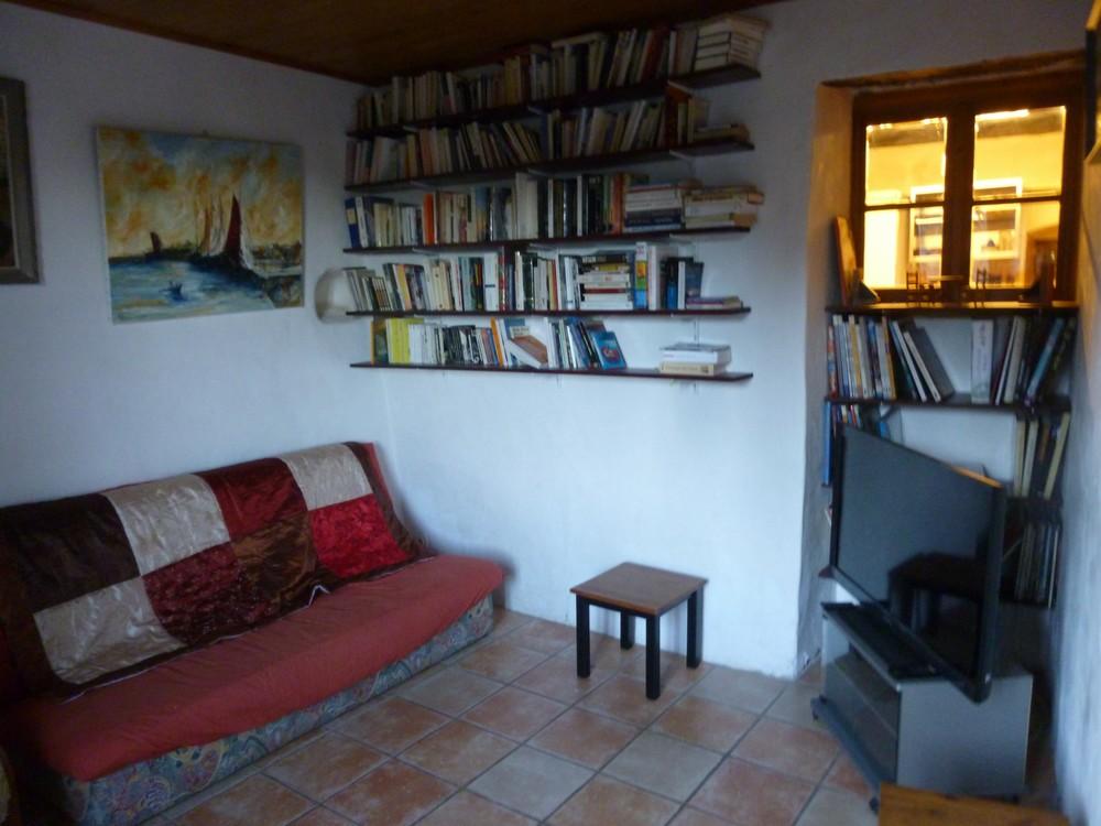 Le petit salon (ses livres, sa télé, ..)