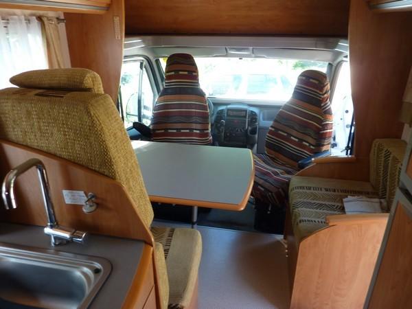 Les fauteuils cabine retournés (vers la table)