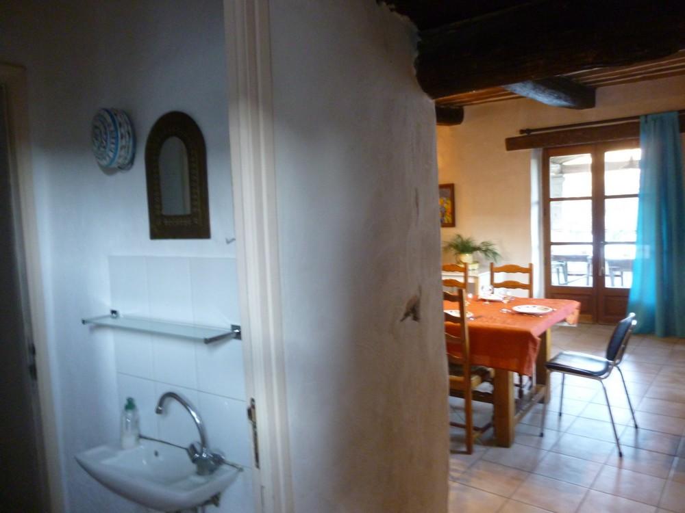 Les toilettes (entre petit salon et salle à manger)