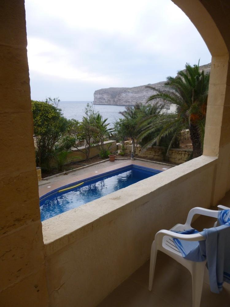 Notre terrasse, notre piscine et notre vue.