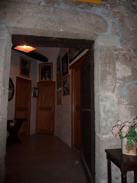 L'entrée du hall (avec les portes des 3 chambres)