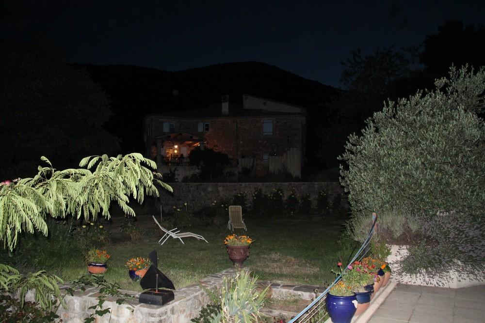 La terrasse de nuit (vue de la plage de la piscine)