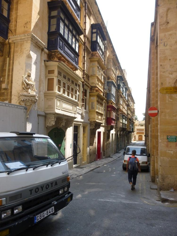 une rue classique de La valette : ses logias et son saint