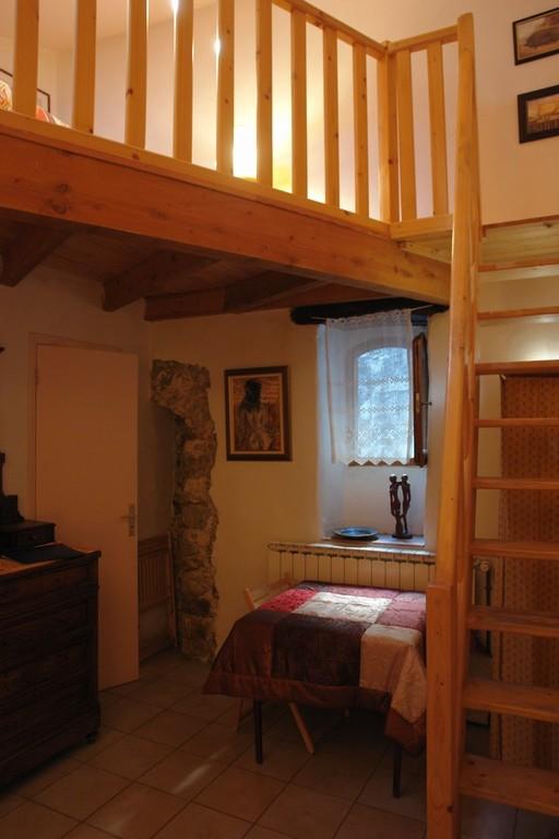 l'escalier, le coin bureau et la porte des WC