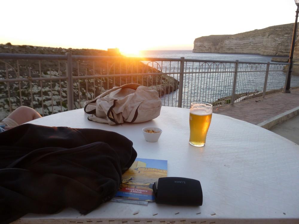 Coucher de soleil sur la baie de Xlendi (terrase du Da Manuel)