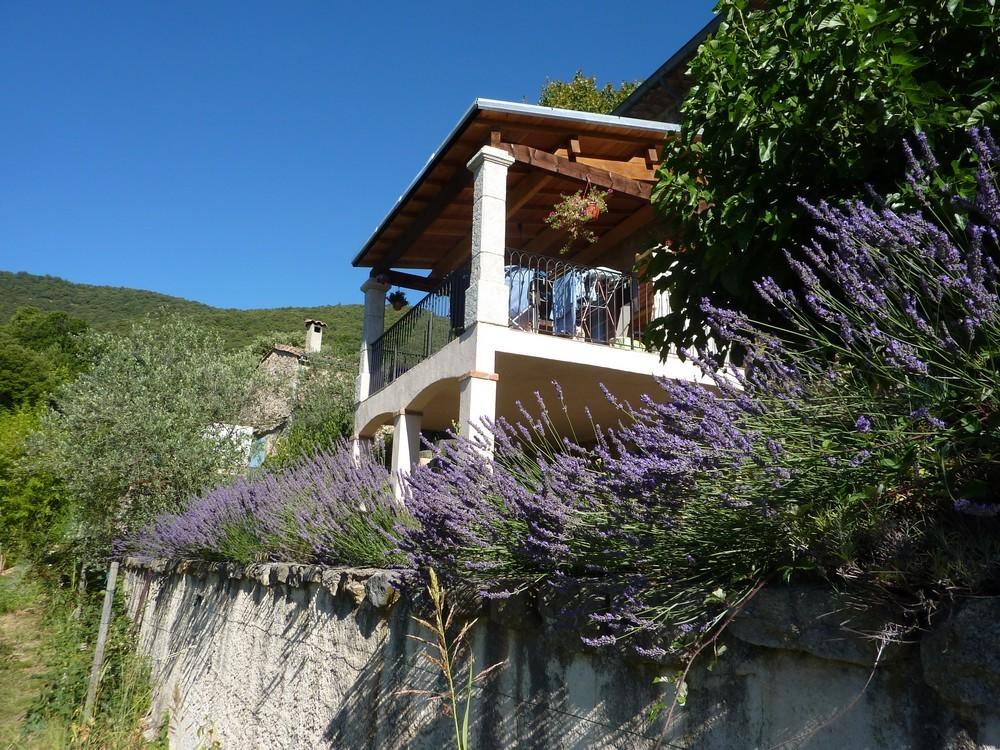 La terrasse du Cantou vu des banquettes Sud.