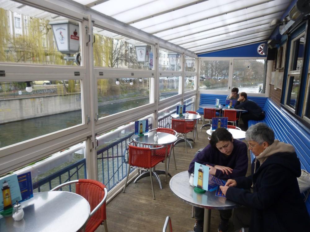 petit déjeuner végétarien sur un canal