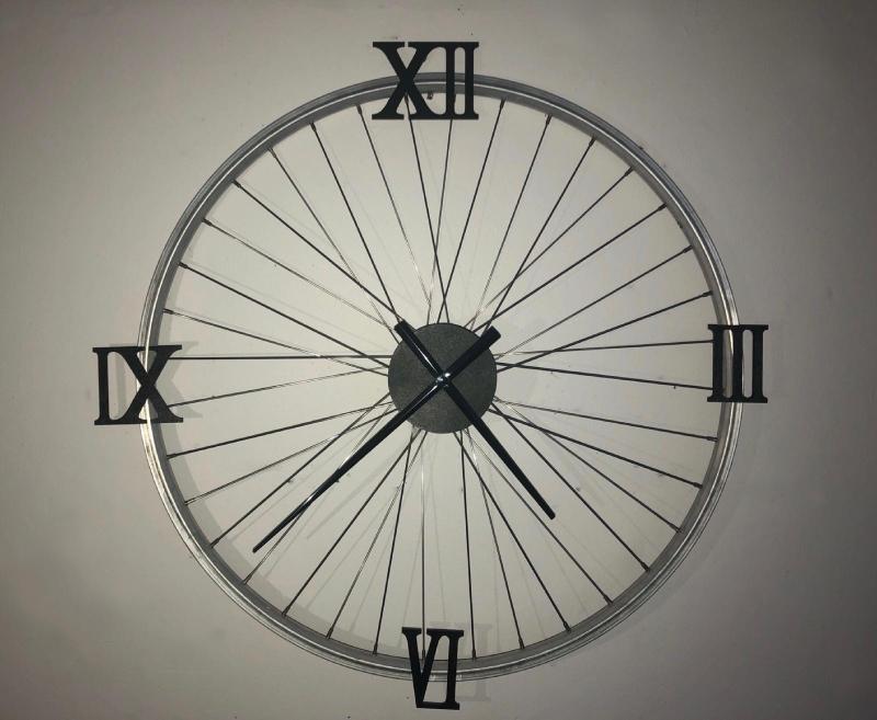 Uhr mit römischen Zahlen, schwarz