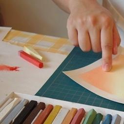 指先を使って色を染める心地良さも、魅力のひとつ