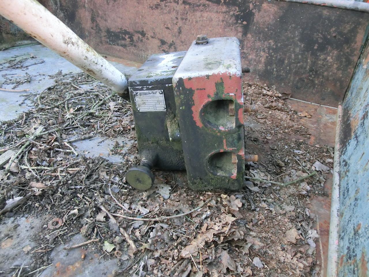 Hydraulikpumpe mit Tank, wird zerlegt, gesäubert und neue Dichtungen verbaut
