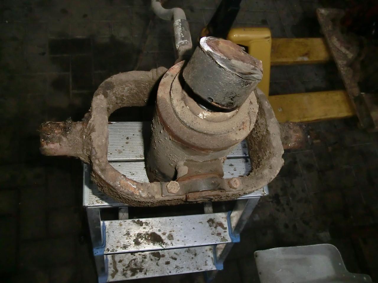 Hydraulischer Kippzylinder wird gereinigt, auf Dichtigkeit überprüft und lackiert