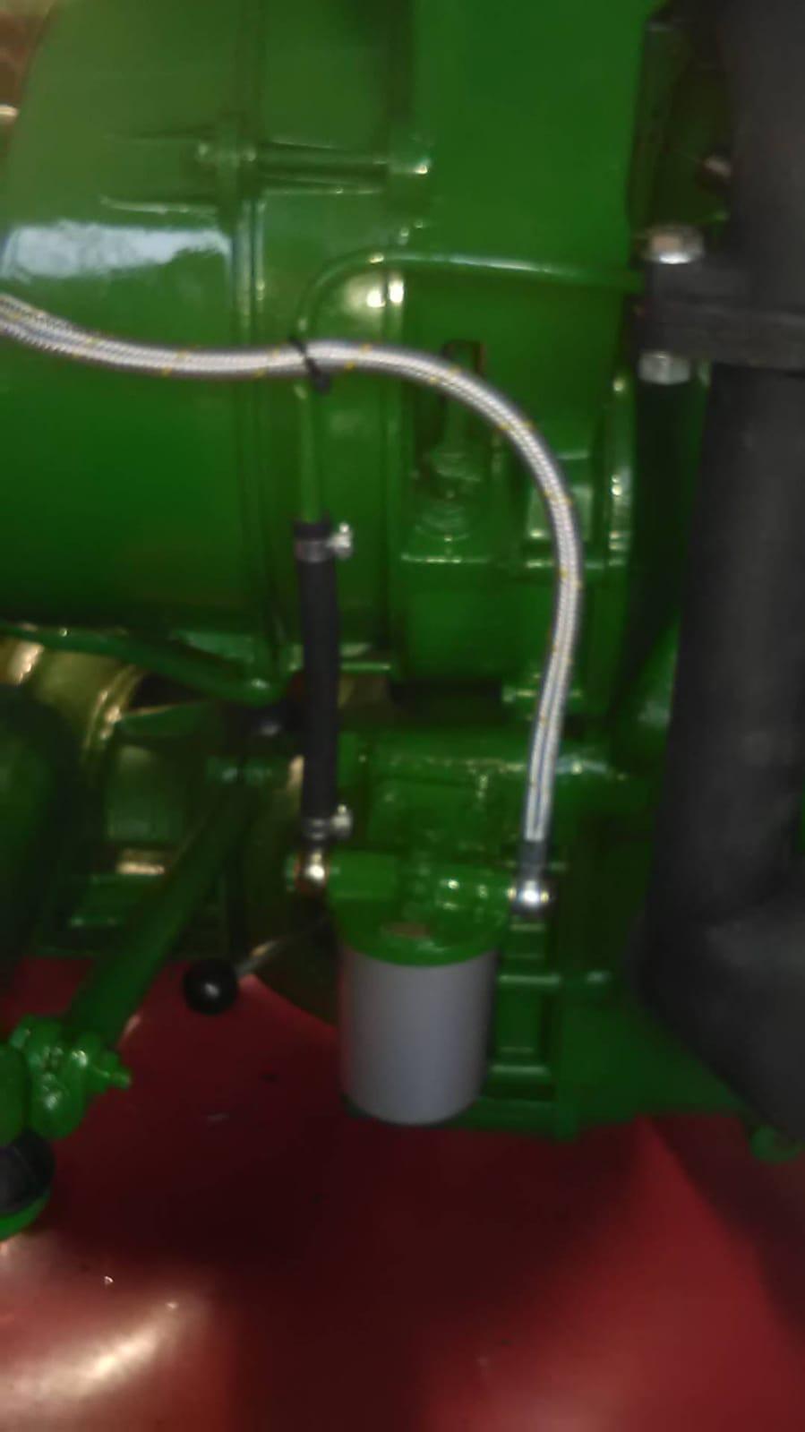 Der Tank wurde überhaupt nicht beachtet, Farbe drauf und fertig. Wie ich schon berichtet habe, im Tank alles rostet und dreckig, und die Aufnahme für den Dieselfilter war nicht mehr vorhanden, deshalb habe ich einen Dieselfilter extern montiert.