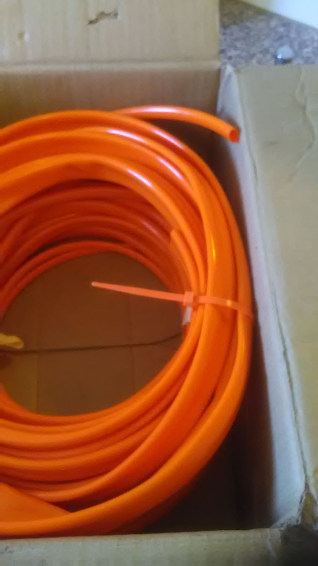 Die Verlegung kann beginnen, orangefarbige Schläuche angekommen.