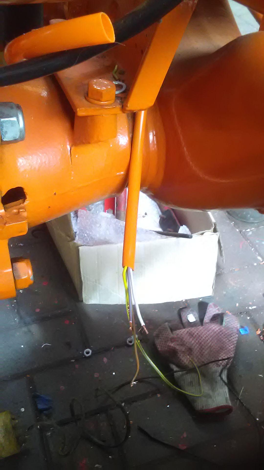Die ersten orangefarbigen Schutzschläuche verarbeitet.