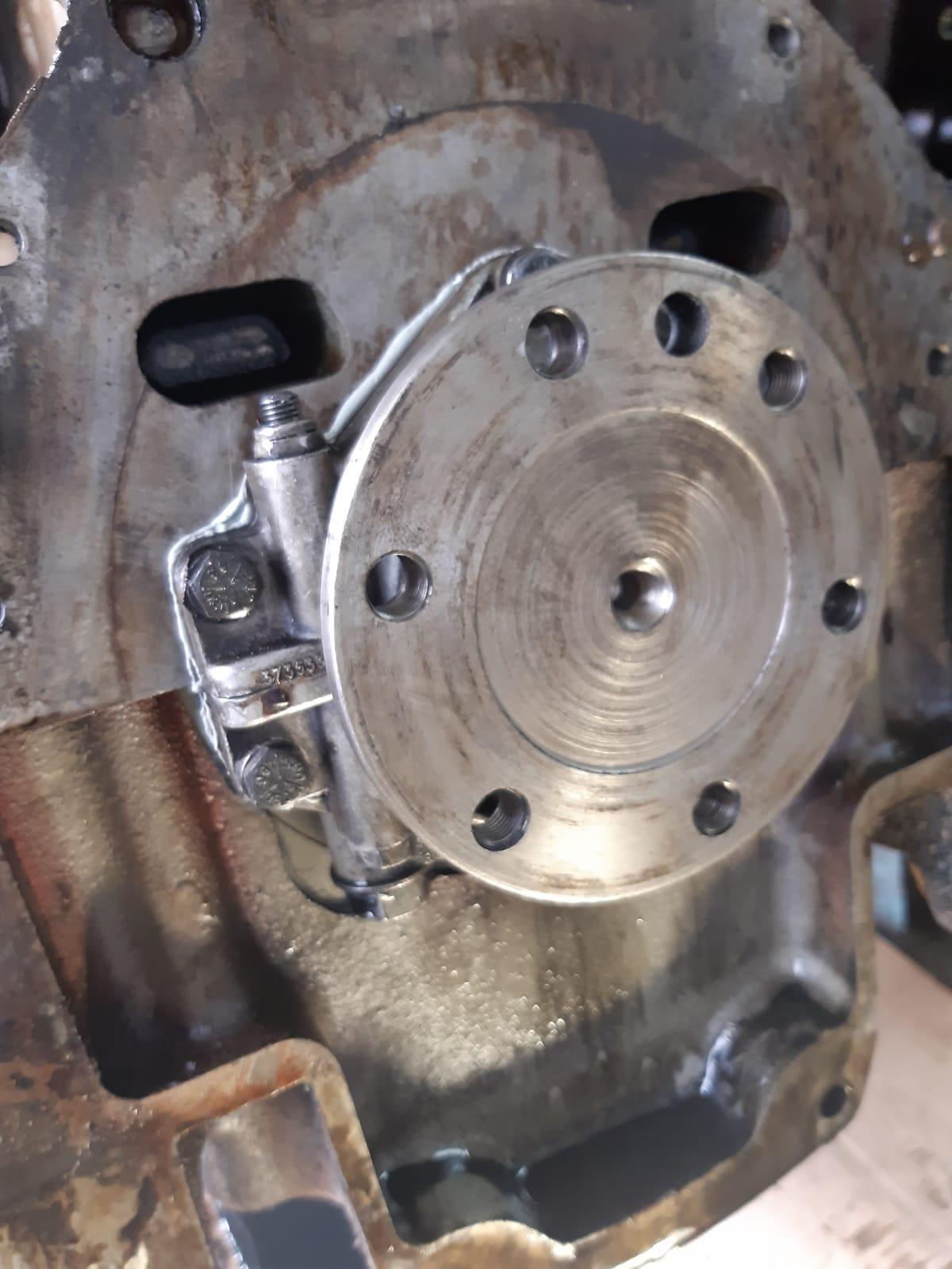 Kurbelwellenseite Getriebe, also nach hinten.