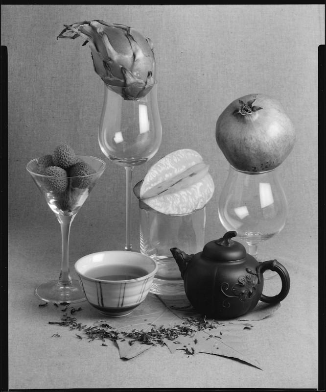 Dieses Foto von grünem Tee und tropischen Früchten wurde von einer Japan-Reise inspiriert. Die Aufnahme entstand auf Kodak Tmax400 mit einem Sironar N 5,6/210mm mit einer Cambo SF45 mit Tageslicht.