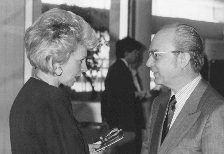 """Mit Frau Elvira Lanzinger-Hicke, seinerzeit Chefredakteurin der damaligen Fachzeitschrift """"Neues Optikerjournal"""", beim WVAO-Kongress - Köln 1988"""