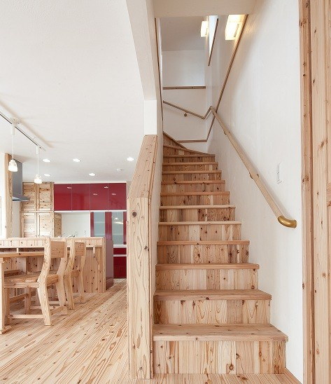 (*⌒∇⌒) 我が家の階段を上るときのかっこいいショット
