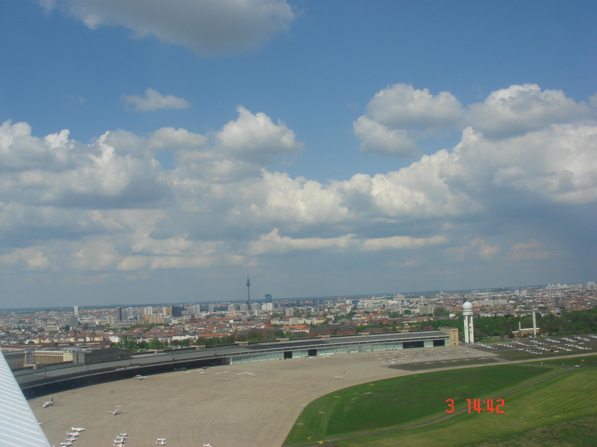 Survol de l'aéroport après le décollage