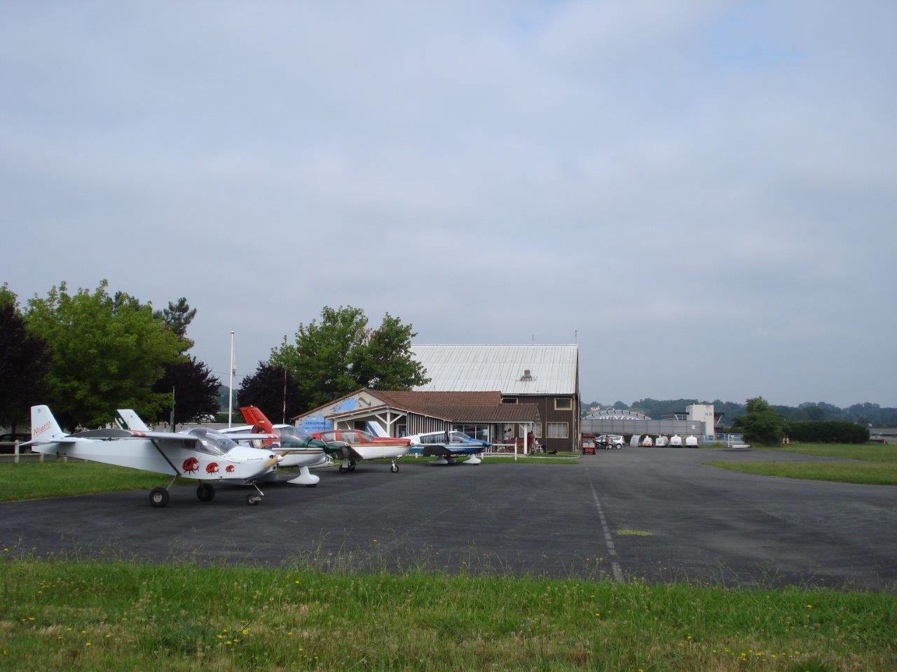 Au parking à Nogaro (LFCN)
