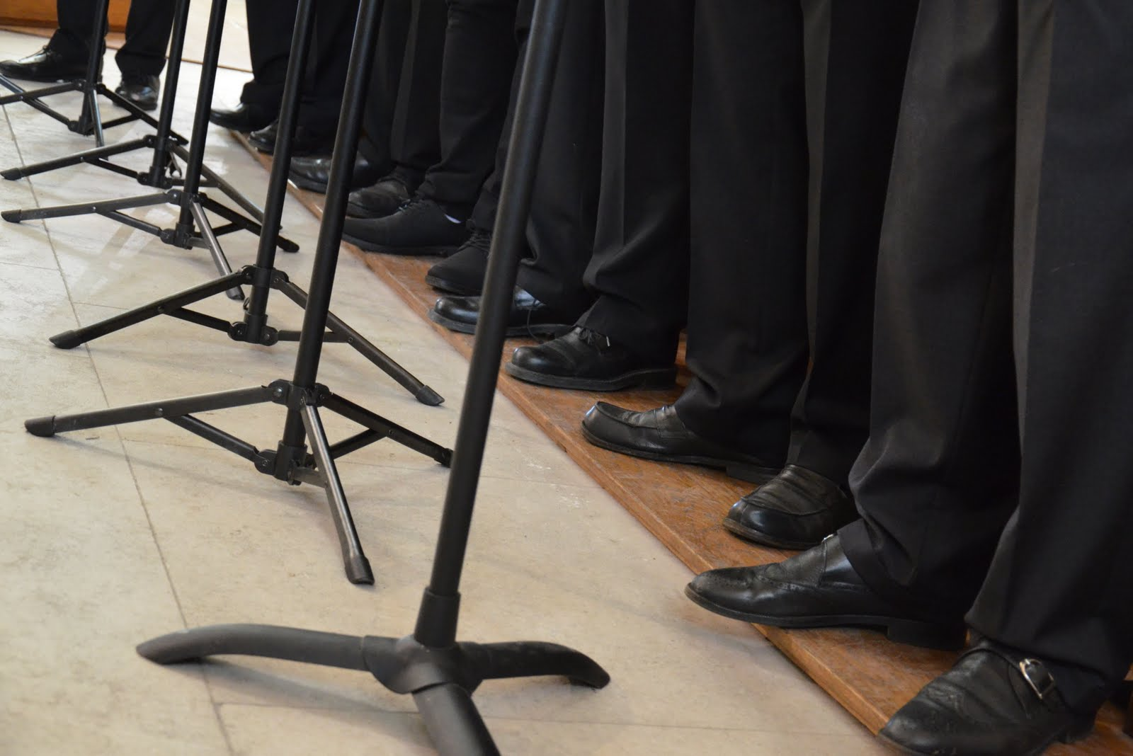 D'où l'expression : chanter comme des pieds (ça doit être des ténors)