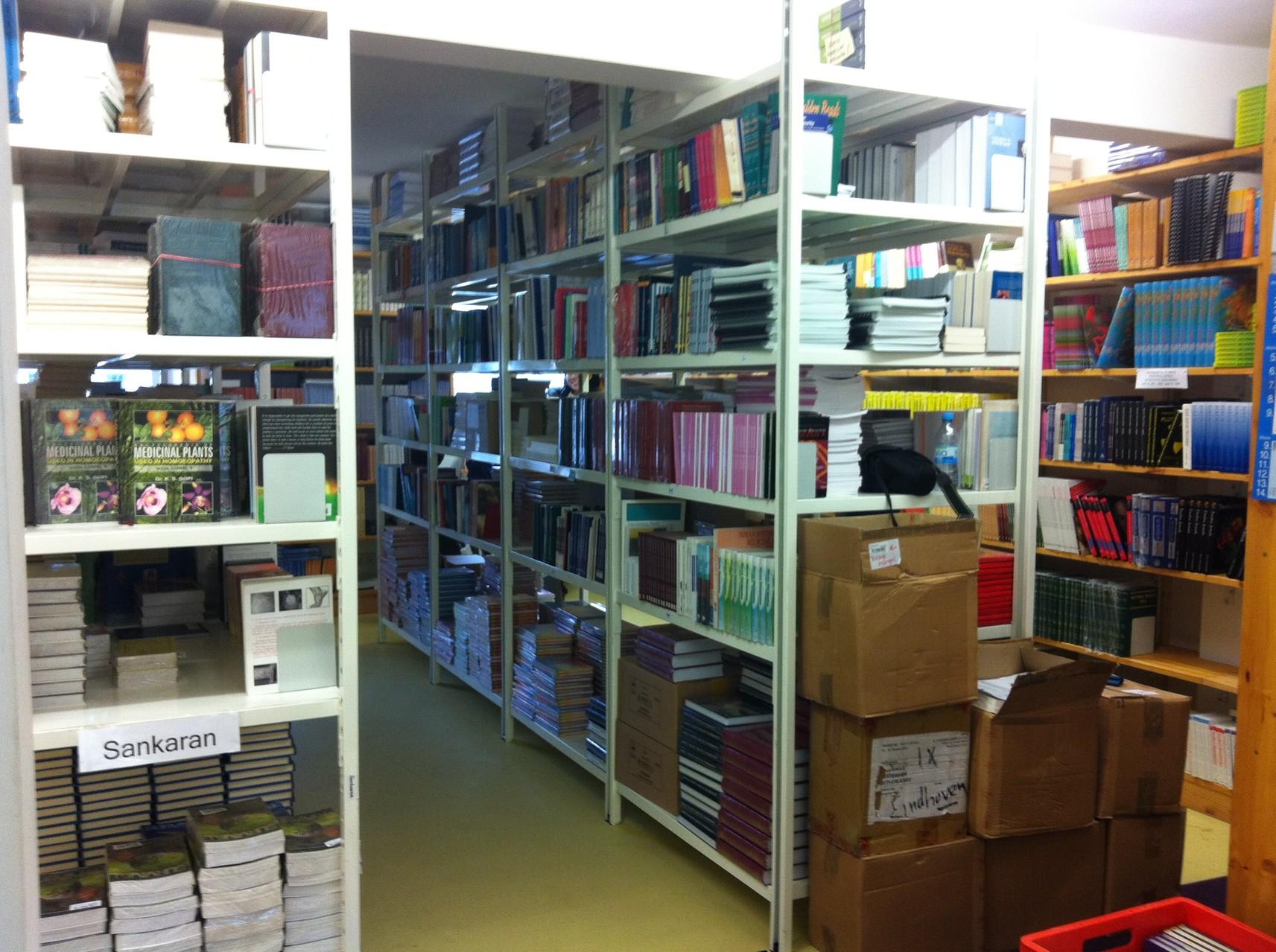 ホメオパシーの本の山。すべて英語なので、この部屋はEnglandと呼ばれている