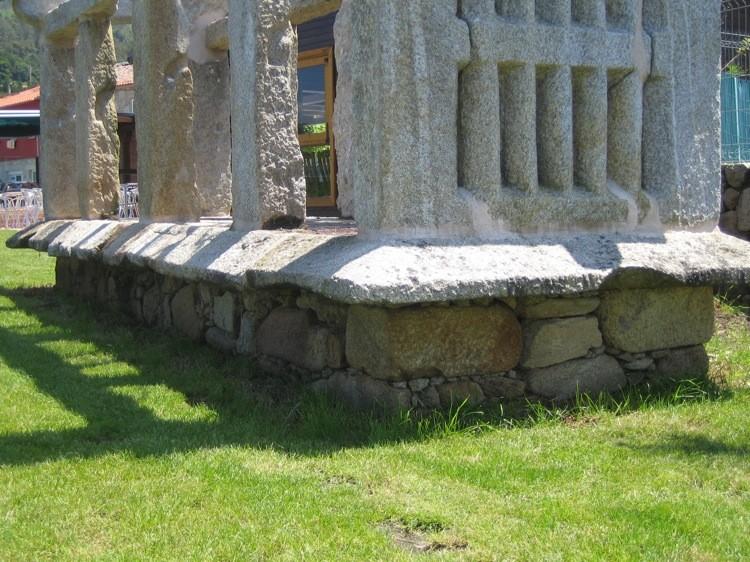 Santa María de Oia, detalle rateras corridas sobre soporte